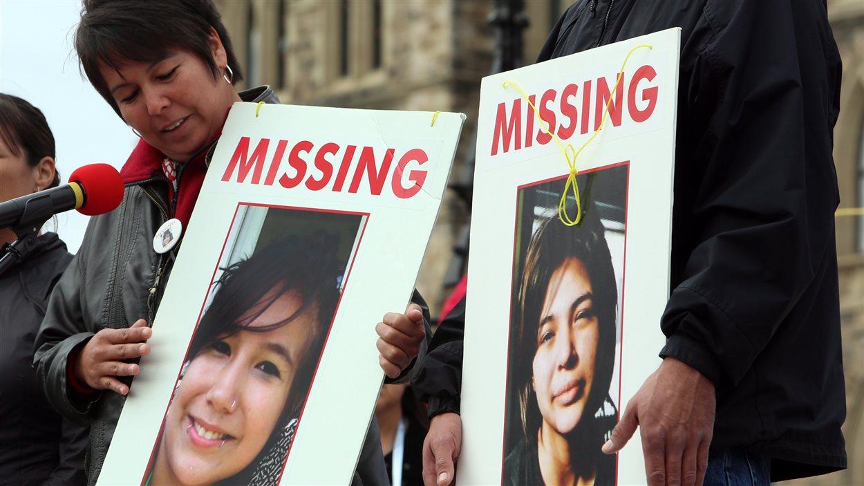 Laurie Odjick exhibe une photo de sa fille disparue en même temps qu'une autre jeune fille, en 2008. Toutes deux étaient âgées de 16 ans.