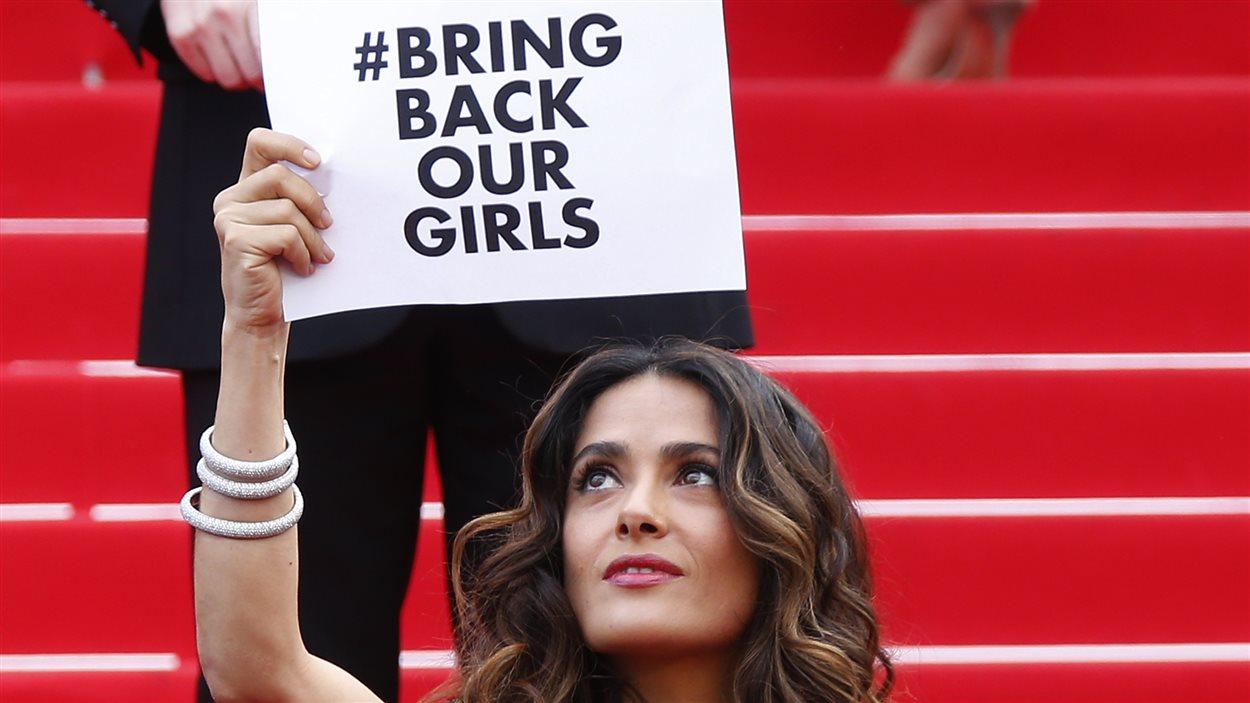 L'actrice et productrice Salma Hayek brandit un message avec le slogan #bringbackourgirls en référence au mouvement sur internet qui réclame le retour de 200 jeunes filles enlevées par le groupe Boko Haram au Nigéria.