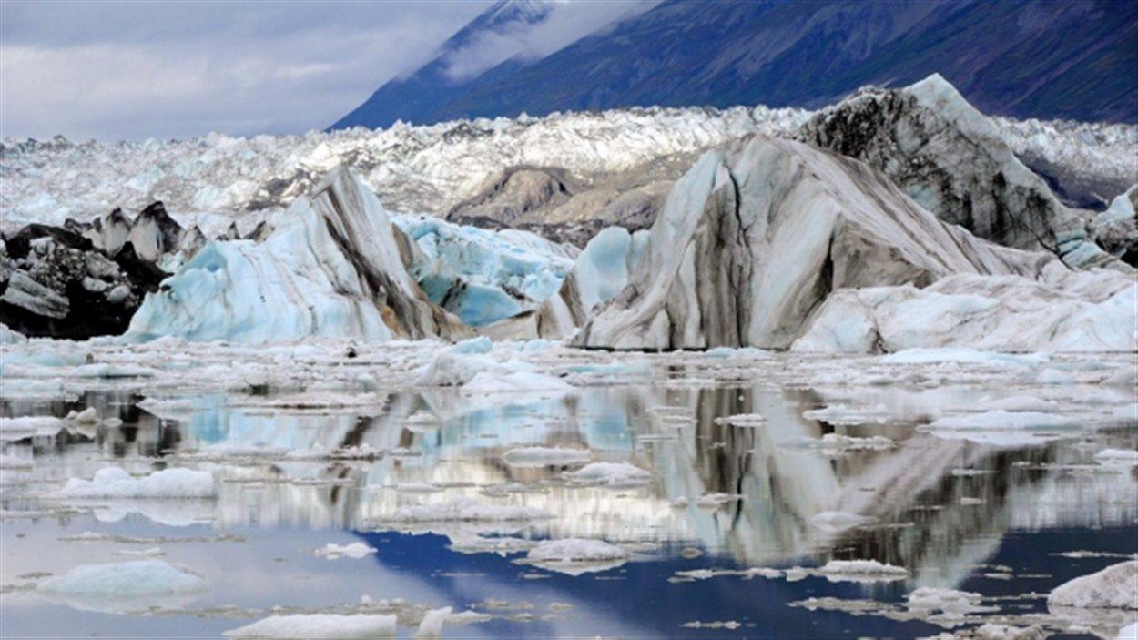 Glacier Lowell dans le parc national Kluane, entre la Colombie-Britannique et l'Alaska au sud du Yukon.