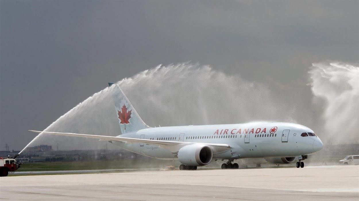Le premier Boeing 787 Dreamliner de la compagnie Air Canada a été baptisé dimanche à l'aéroport de Toronto, à son arrivée en sol canadien.
