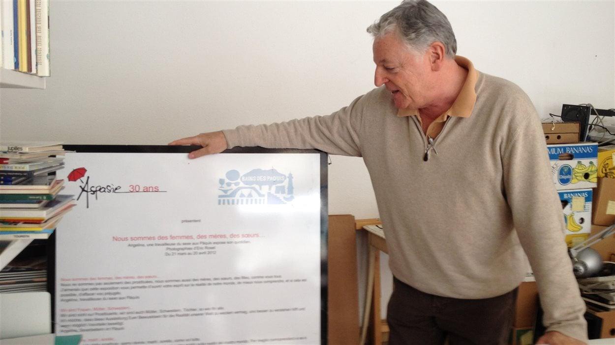 Michel Félix montre une affiche de l'Aspasie.