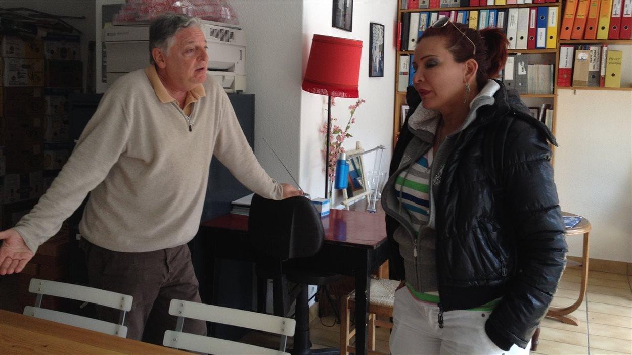 Michel Félix, responsable de l'Aspasie, en conversation avec Angelina