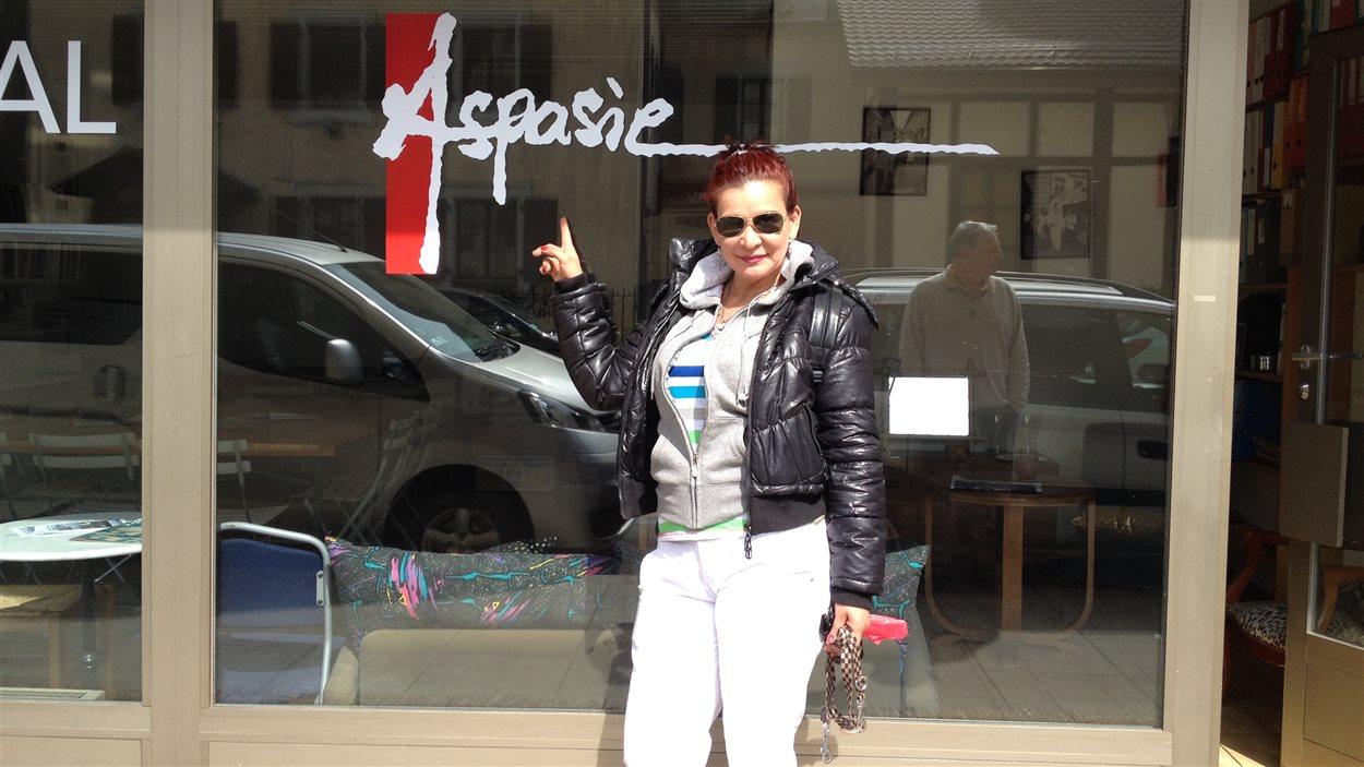 Angelina devant la vitrine de l'Aspasie, une association genevoise de défense des droits des prostituées