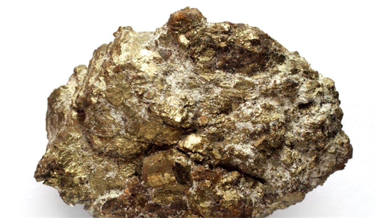 Du minerai d'uranium à l'état brut.