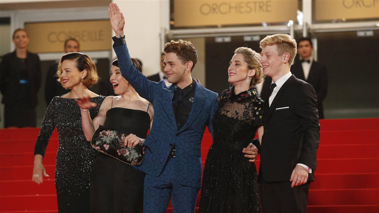 Xavier Dolan, entouré des acteurs Antoine Olivier Pilon, Suzanne Clément et Anne Dorval et de la productrice Nancy Grant