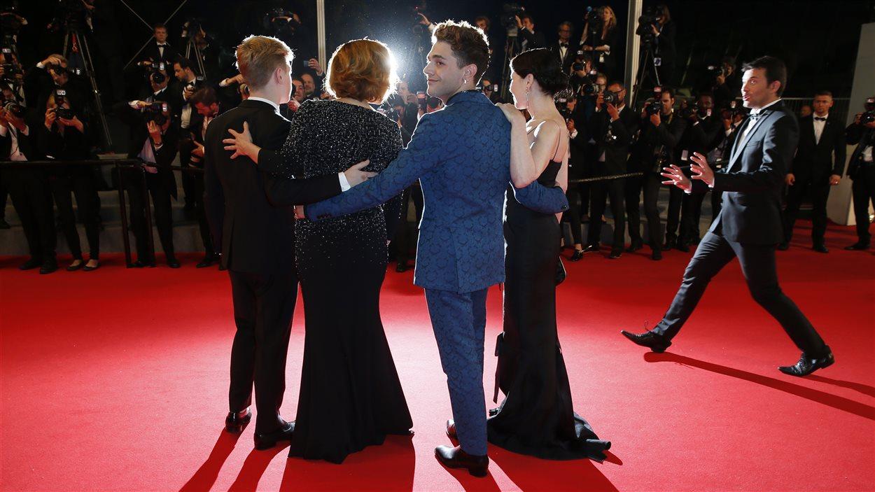 L'équipe du film Mommy sur le tapis rouge à Cannes
