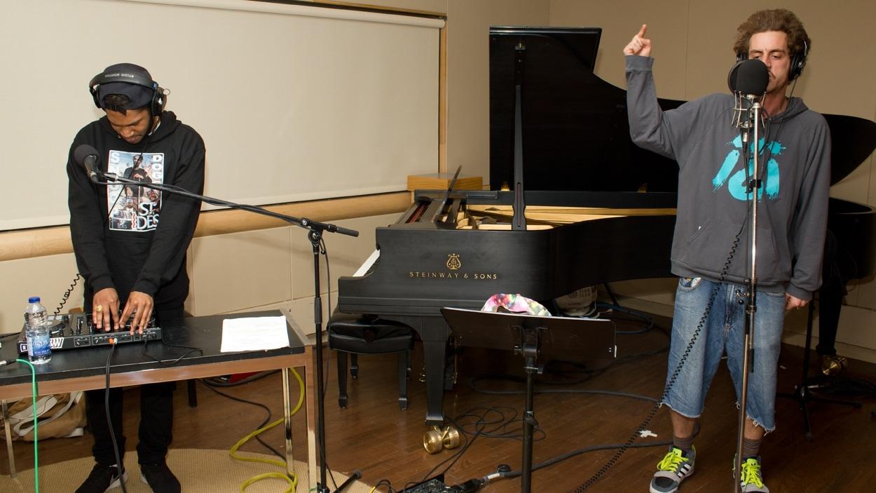 Le producteur Kaytranada et le rappeur Ogden en pleine prestation.