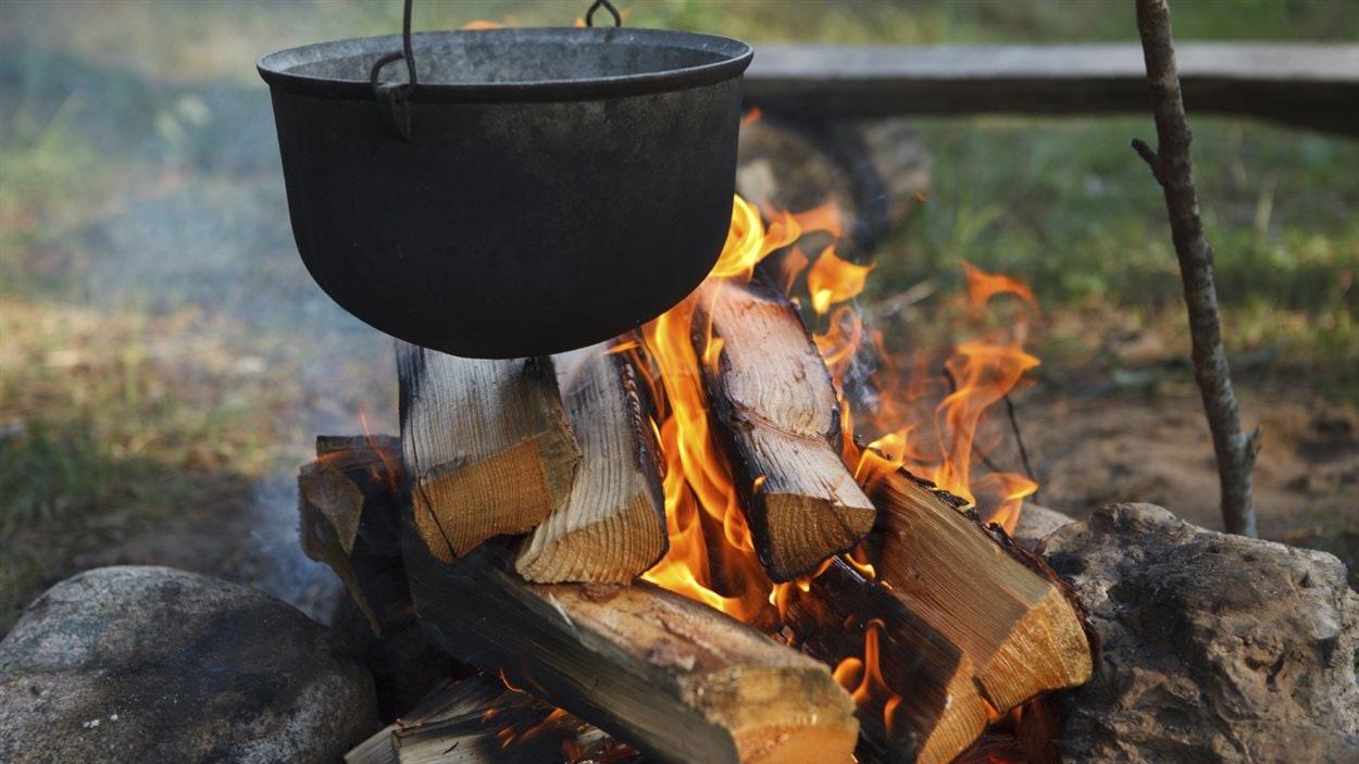 Un chaudron sur un feu de camp