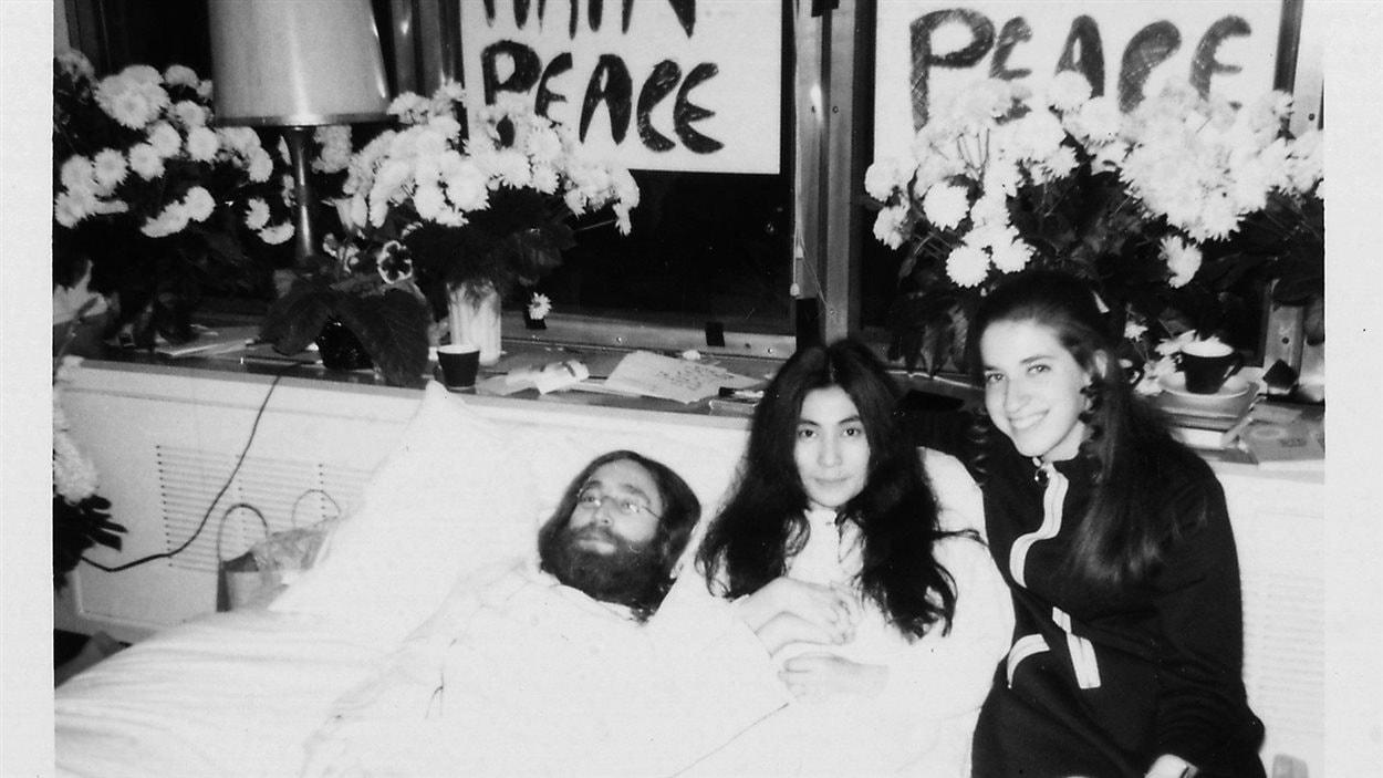 John Lennon et sa femme Yoko Ono lors du célèbre <em>bed-in</em> à Montréal, au printemps 1969
