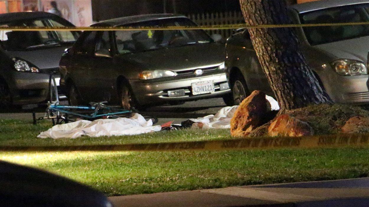 Des corps sont recouverts après une fusillade près du campus de l'Université de la Californie.