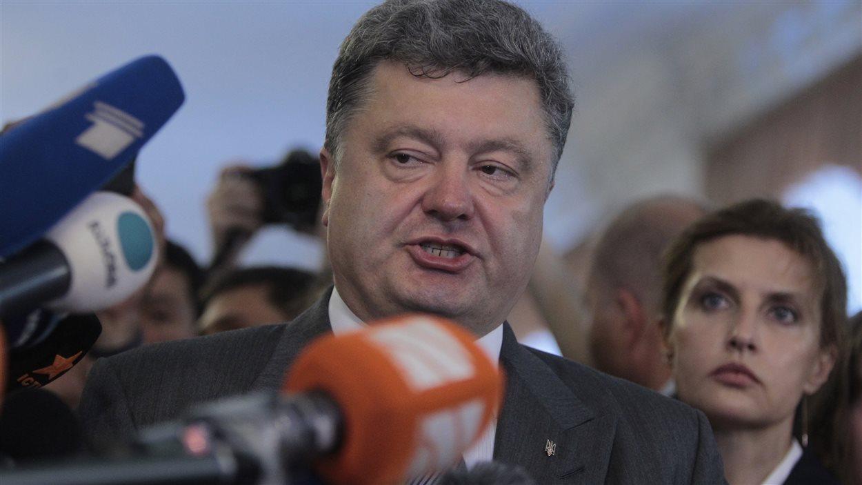 Le candidat Petro Porochenko s'adresse à la presse devant un bureau de vote à Kiev.
