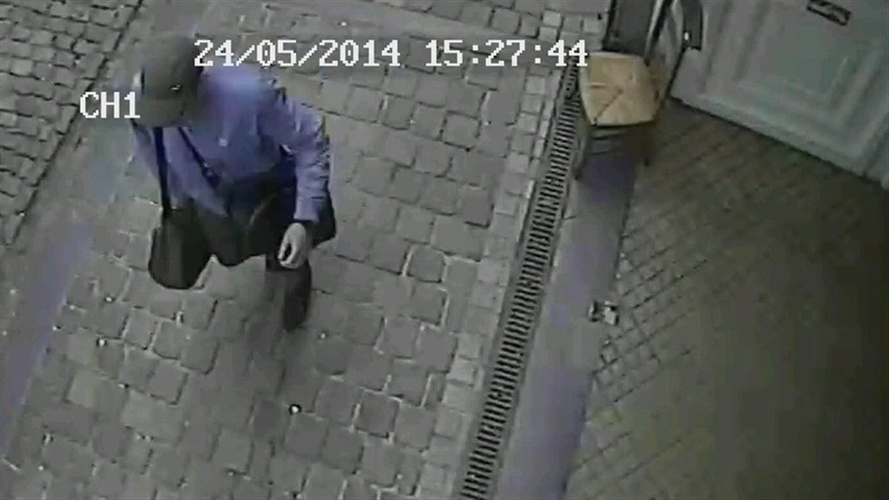 Image diffusée par la police belge, provenant d'une vidéo de surveillance, qui montre l'auteur de l'attaque contre le Musée juif de Bruxelles.