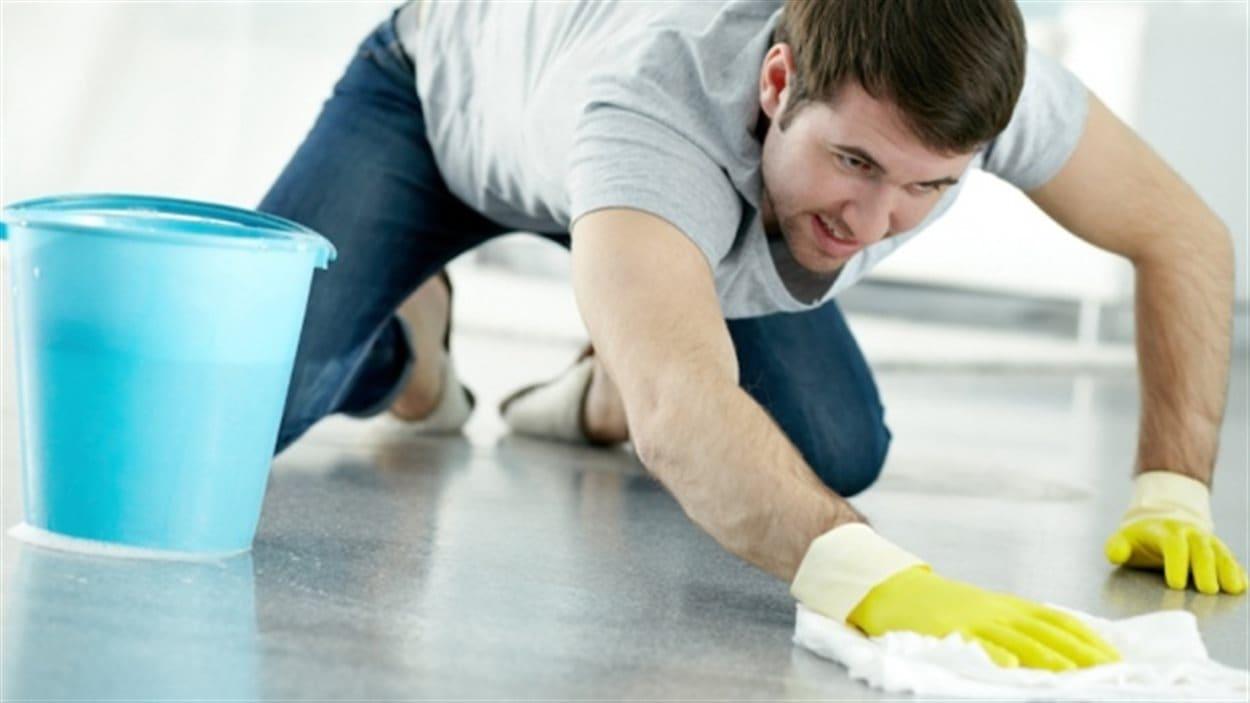 Un homme fait le ménage
