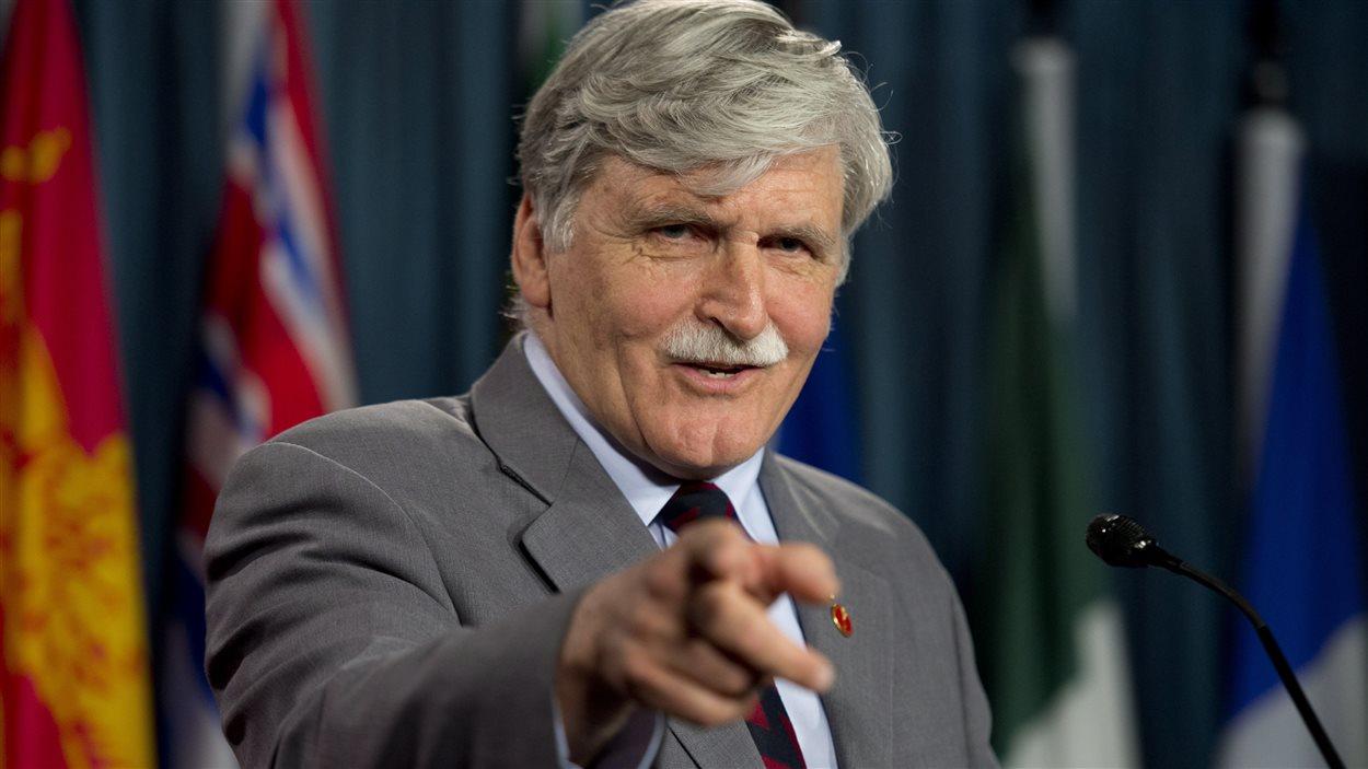 Roméo Dallaire avec les médias le jour de l'annonce de son départ à la retraite.