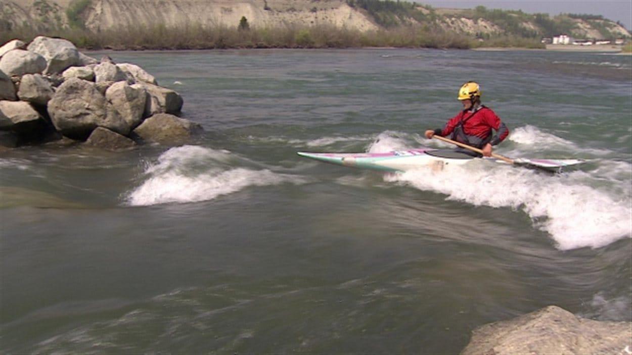 Un kayakiste navigue dans la section du fleuve Yukon considérée très dangereuse.