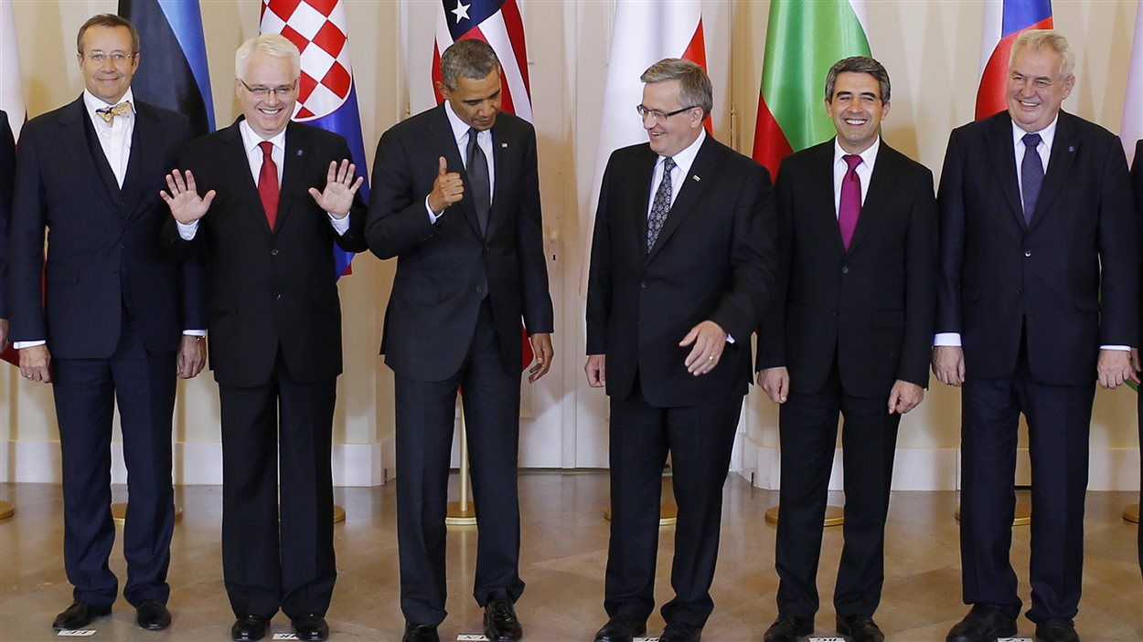 Le président américain Barack Obama et son homologue polonais, Bronislaw Komorowski (au centre), sont entourés des présidents Toomas Hendrik Ilves (Estonie), Ivo Josipovic (Croatie), Rosen Plevneliev (Bulgarie) et Milos Zeman (République tchèque), lors d'une rencontre à Varsovie, le 3 juin.