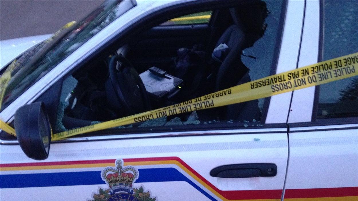 La vitre de la voiture de police a été atteinte d'un projectile
