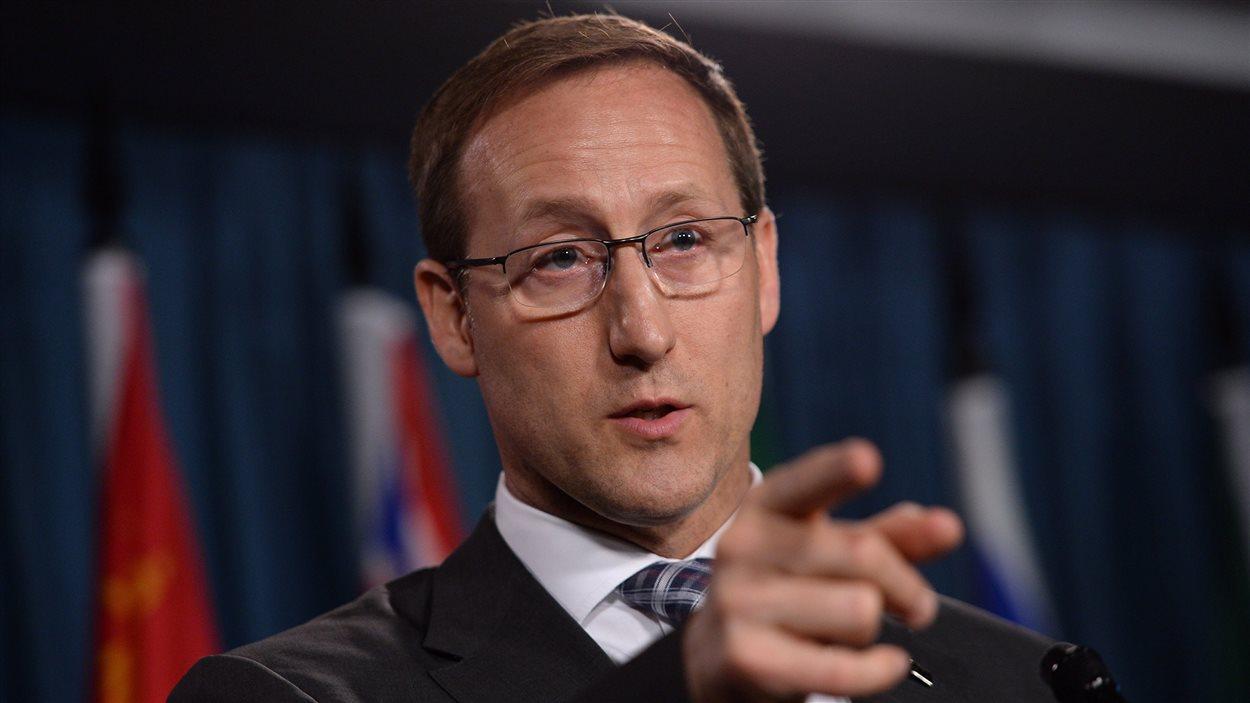 Le ministre de la Justice, Peter MacKay, en point de presse à Ottawa après le dépôt du projet de loi sur la prostitution