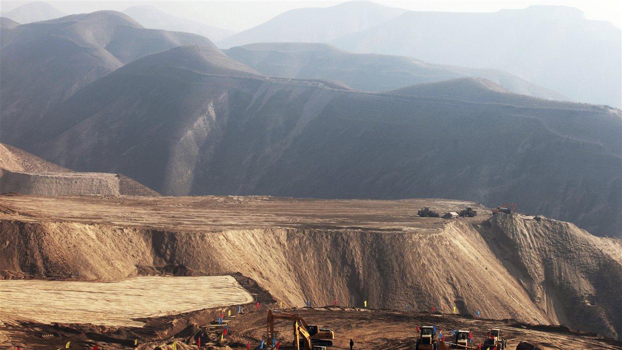 Travaux de nivellement dans la région de Lanzhou, dans la province chinoise du Gansu, en décembre 2012.