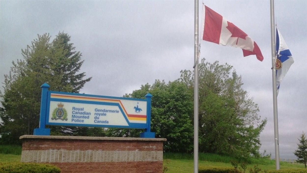 Le drapeau en berne à Amherst en Nouvelle-Écosse