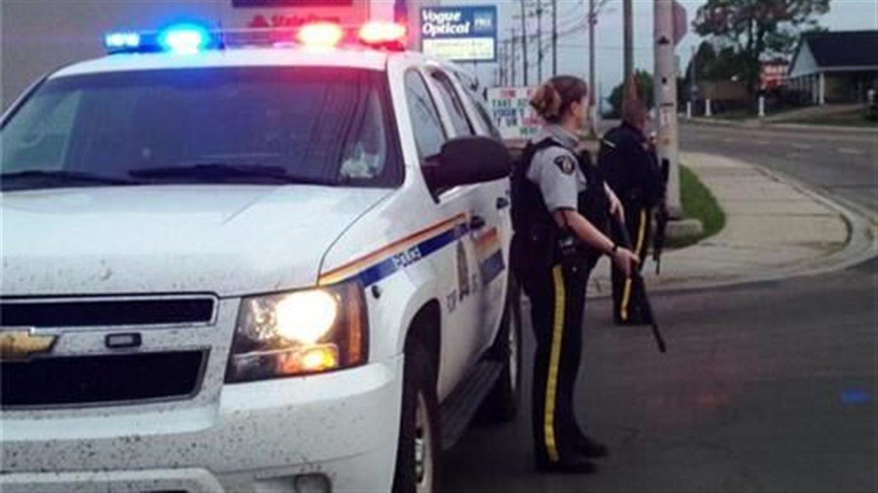 Des policiers armés à Moncton où trois agents de la GRC ont été abattus dans le secteur Pinehurst.