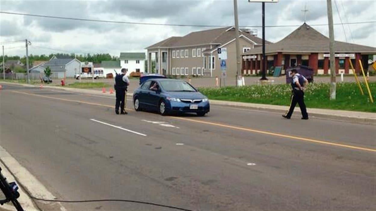 Les policiers ne prennent aucun risque et fouillent certains véhicules qui sortent du périmètre.