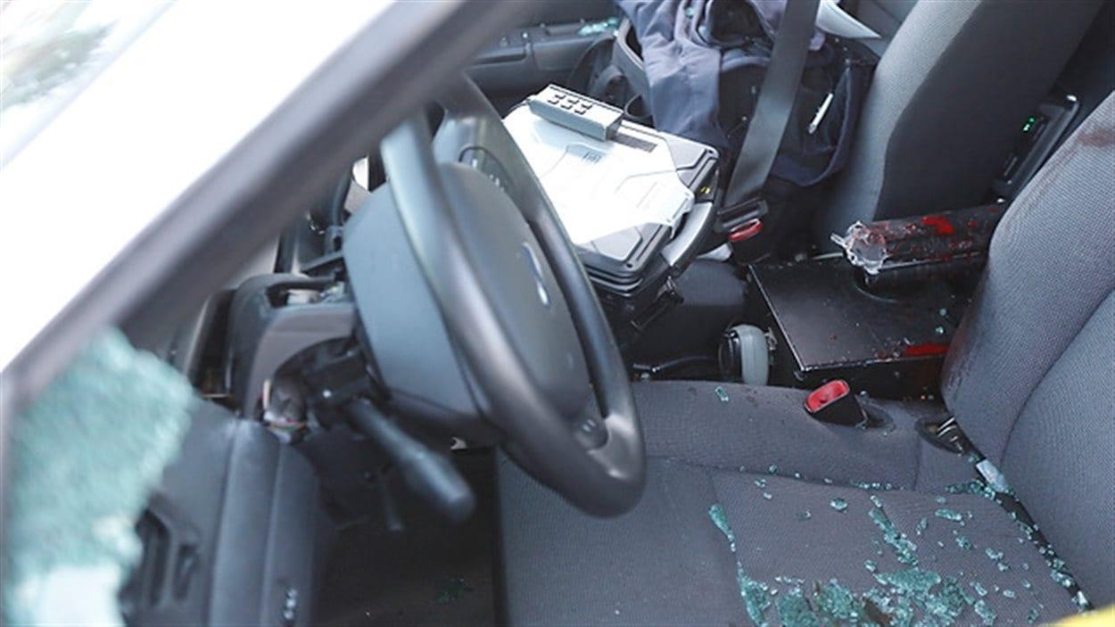 Du sang a éclaboussé l'intérieur de la voiture de police