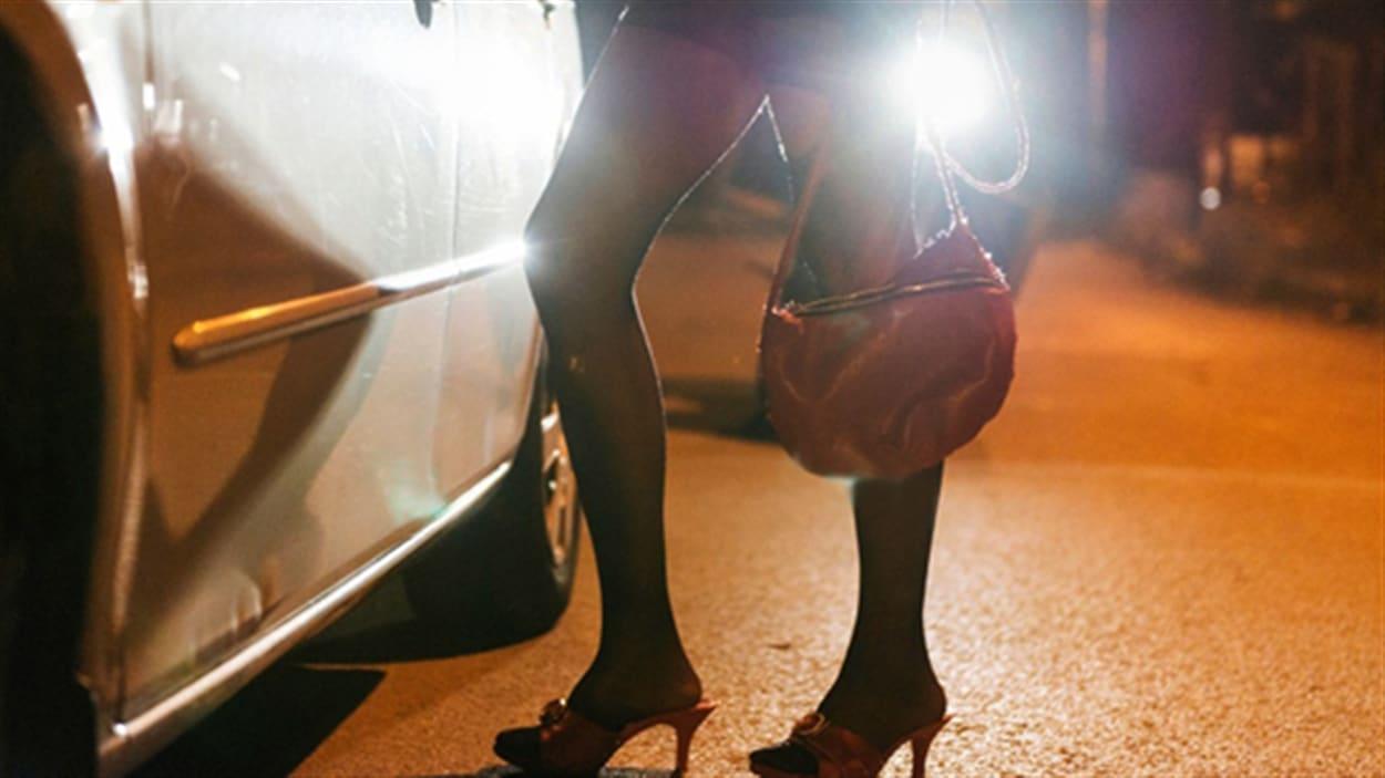 Ottawa a présenté mercredi un projet de loi encadrant la prostitution qui cible d'abord les clients et les proxénètes qui vendent et profitent de la prostitution, plutôt que les prostituées elles-mêmes. Un pas en arrière selon Amélie Bédard, responsable du projet LUNE, chapeauté par l'organisme Projet intervention prostitution Québec
