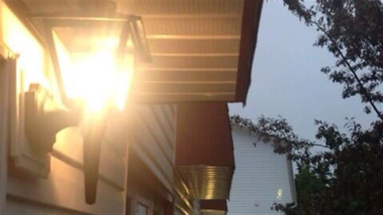 Les gens de Moncton allument leurs lumières extérieures pour suivre l'avis de la GRC, mais aussi comme symbole, pour appuyer leur travail