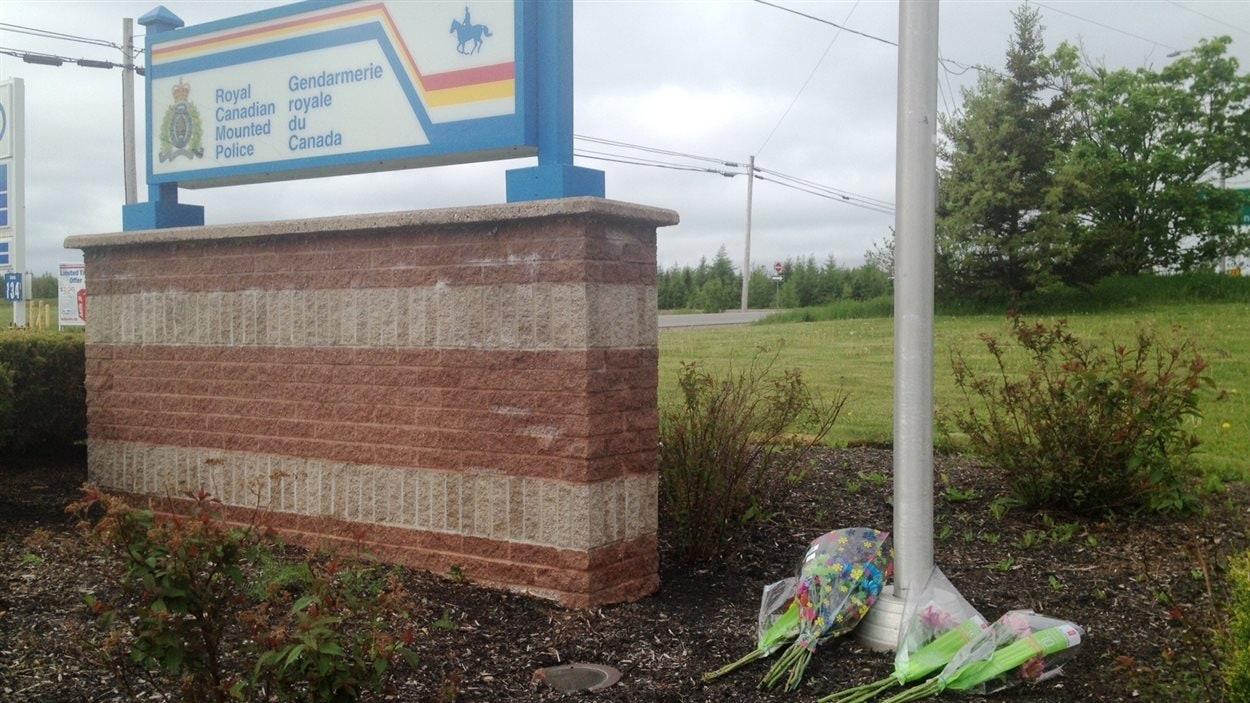 Des bouquets de fleurs ont été déposés sous le drapeau en berne à Amherst en Nouvelle-Écosse