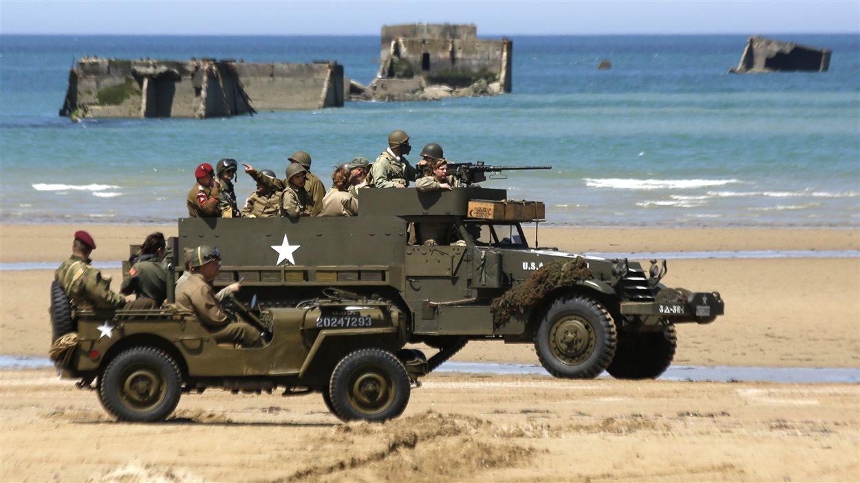 Des véhicules d'époque ont été amenés à Gold Beach pour le 70e anniversaire du débarquement de Normandie.