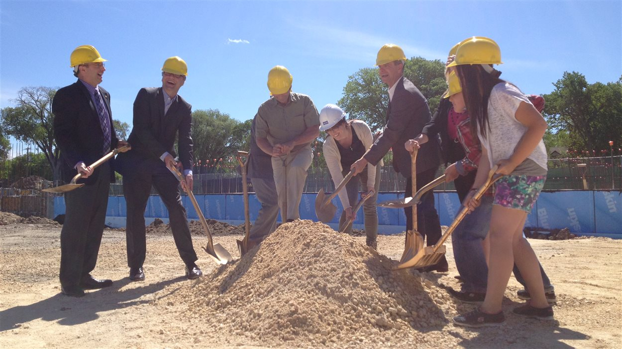 Pelletée de terre symbolique pour l'agrandissement de l'École Taché