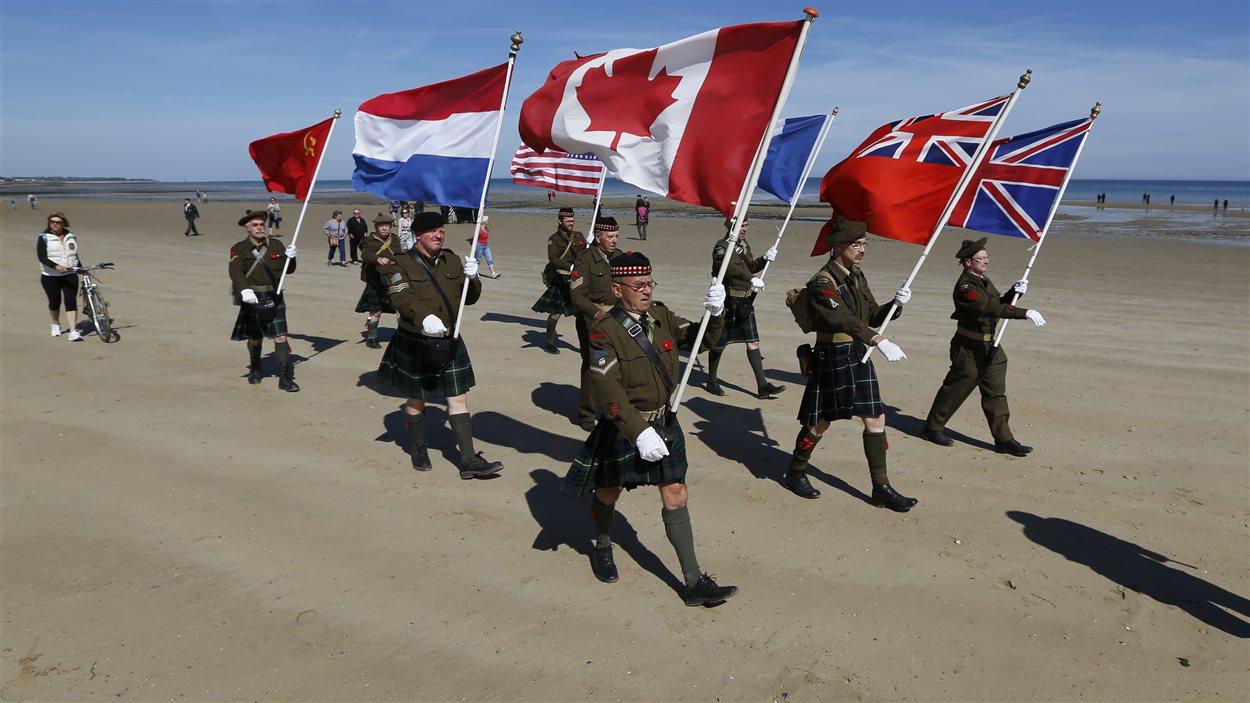 Cérémonie à la plage Juno en Normandie à l'occasion du 70e anniversaire