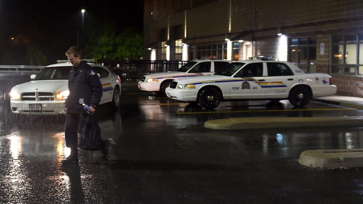 Un policier retourne au quartier général après l'arrestation de Justin Bourque.