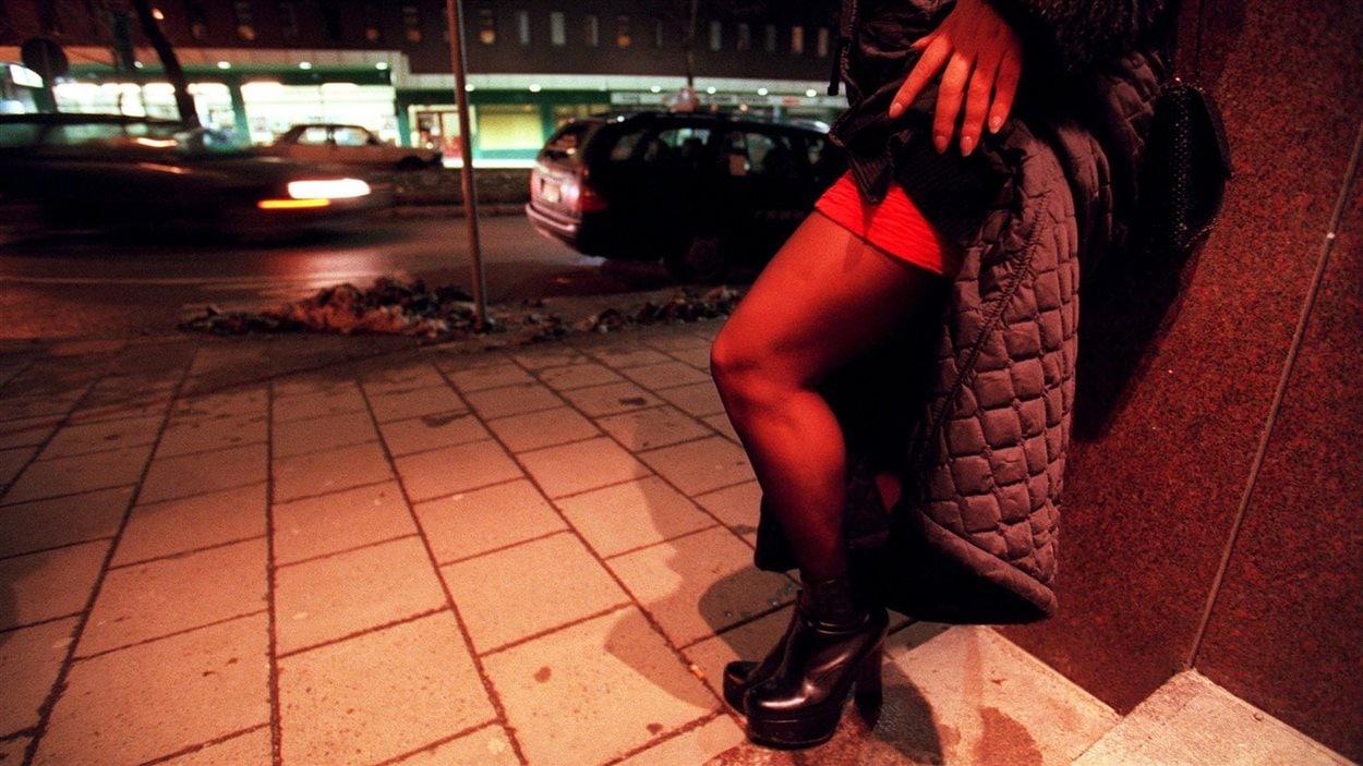 Une prostituée dans les rues de Stockholm, en Suède.