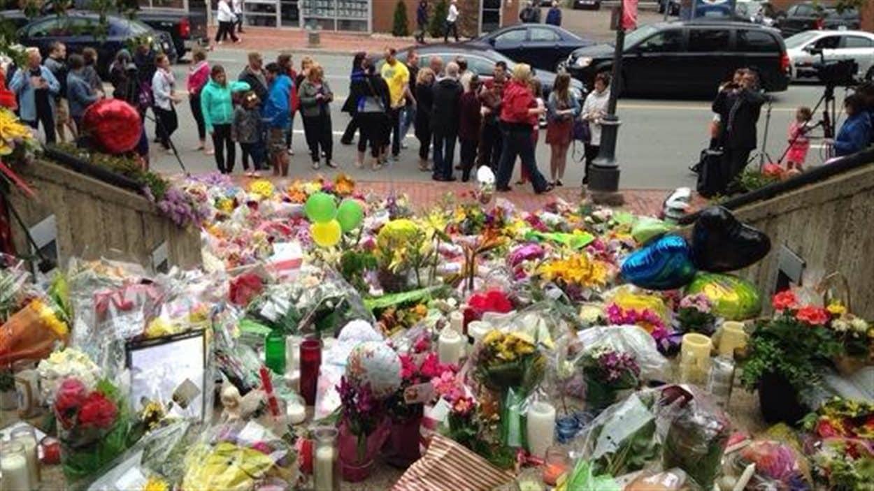 Les gens étaient toujours nombreux devant l'édifice de la GRC, samedi, au lendemain de la veillée aux chandelles