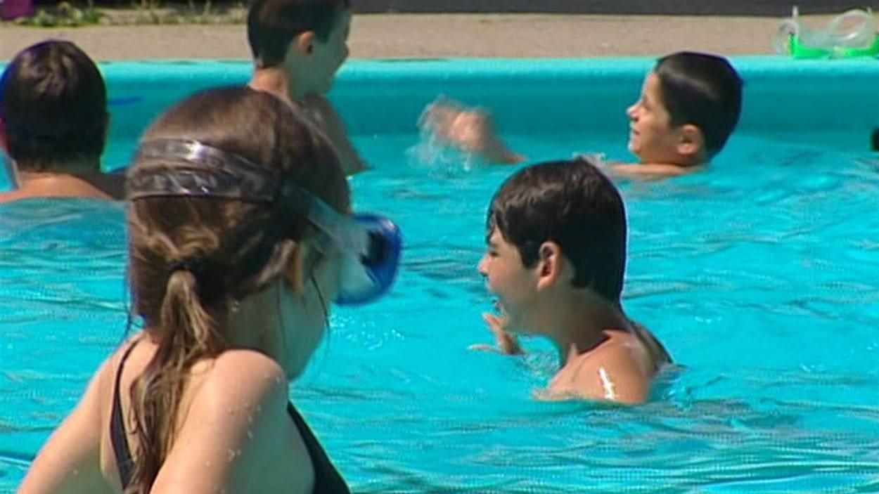 Des enfants dans une piscine