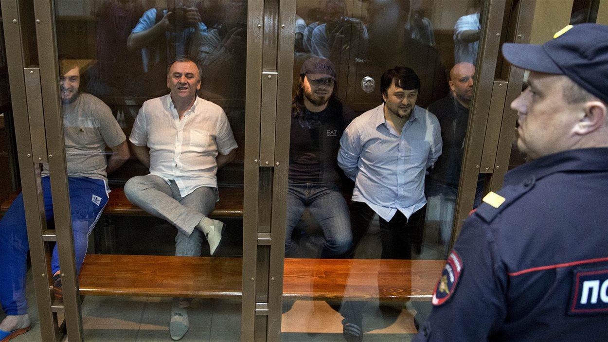 De gauche à droite sur la photo, Lom-Ali Gaitukayev, Dzhabrail Makhmudov, Rustam Makhmudov et Sergey Hadjikurbanov, accusé du meurtre de la journaliste Anna Politkovskaïa.