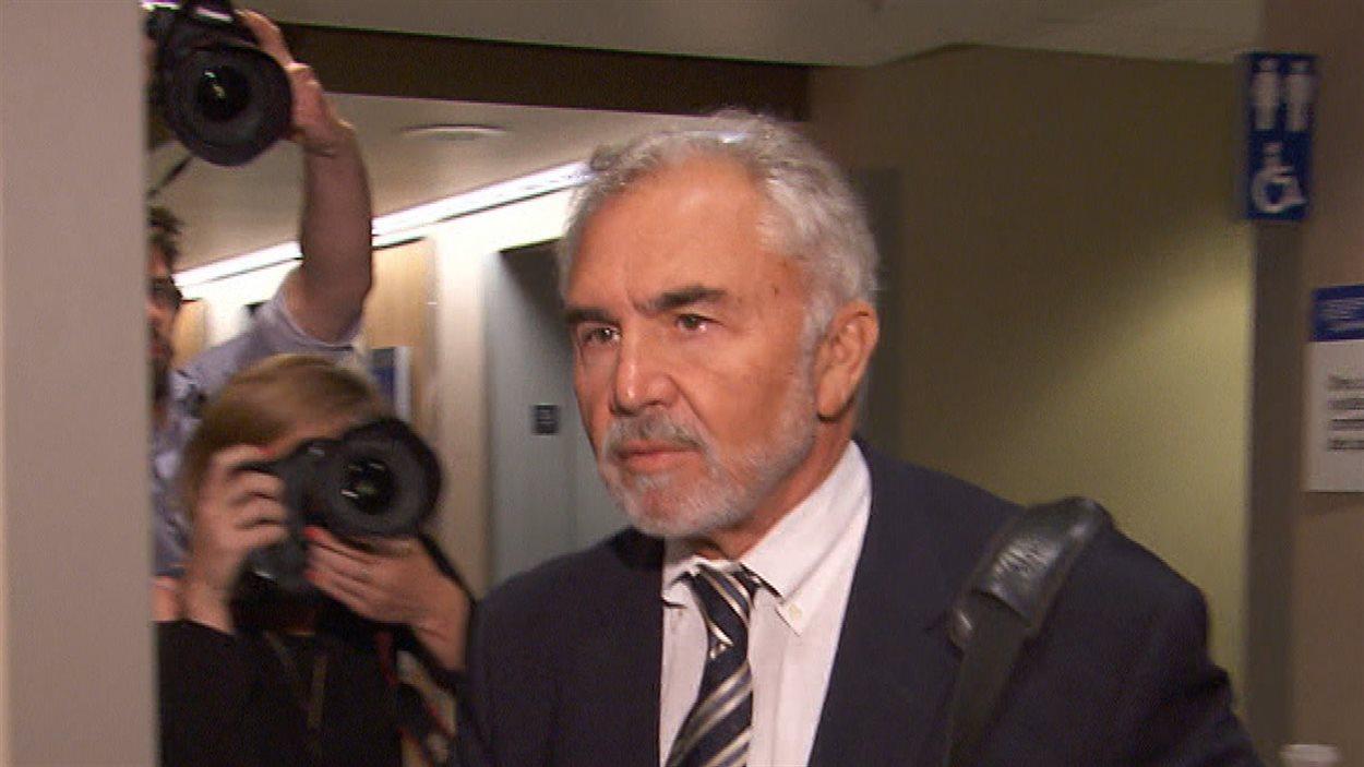 Pierre Bibeau, ex-organisateur du Parti libéral du Québec et ex-vice-président de Loto-Québec, lors de son arrivée, juste avant sa comparution devant la commission Charbonneau, mardi.
