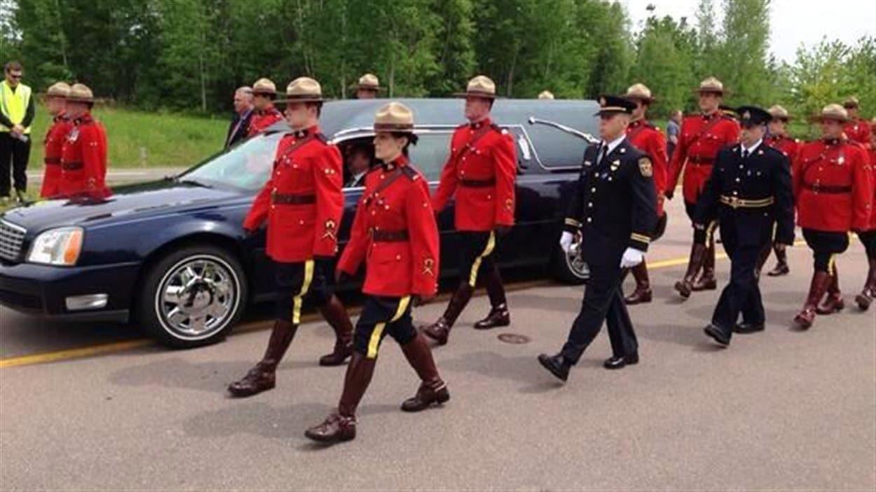Procession funèbre à Moncton : des policiers en uniforme accompagnent les 3 corbillards