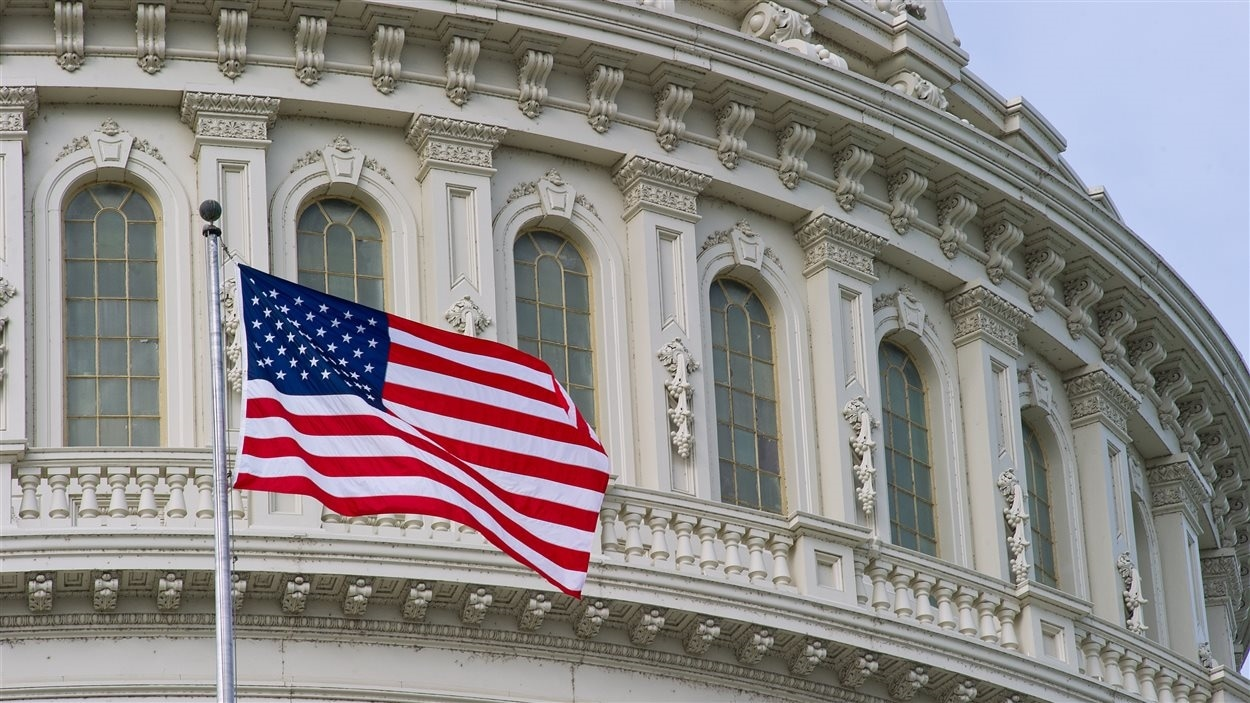 Drapeau américain devant le Capitole, à Washington