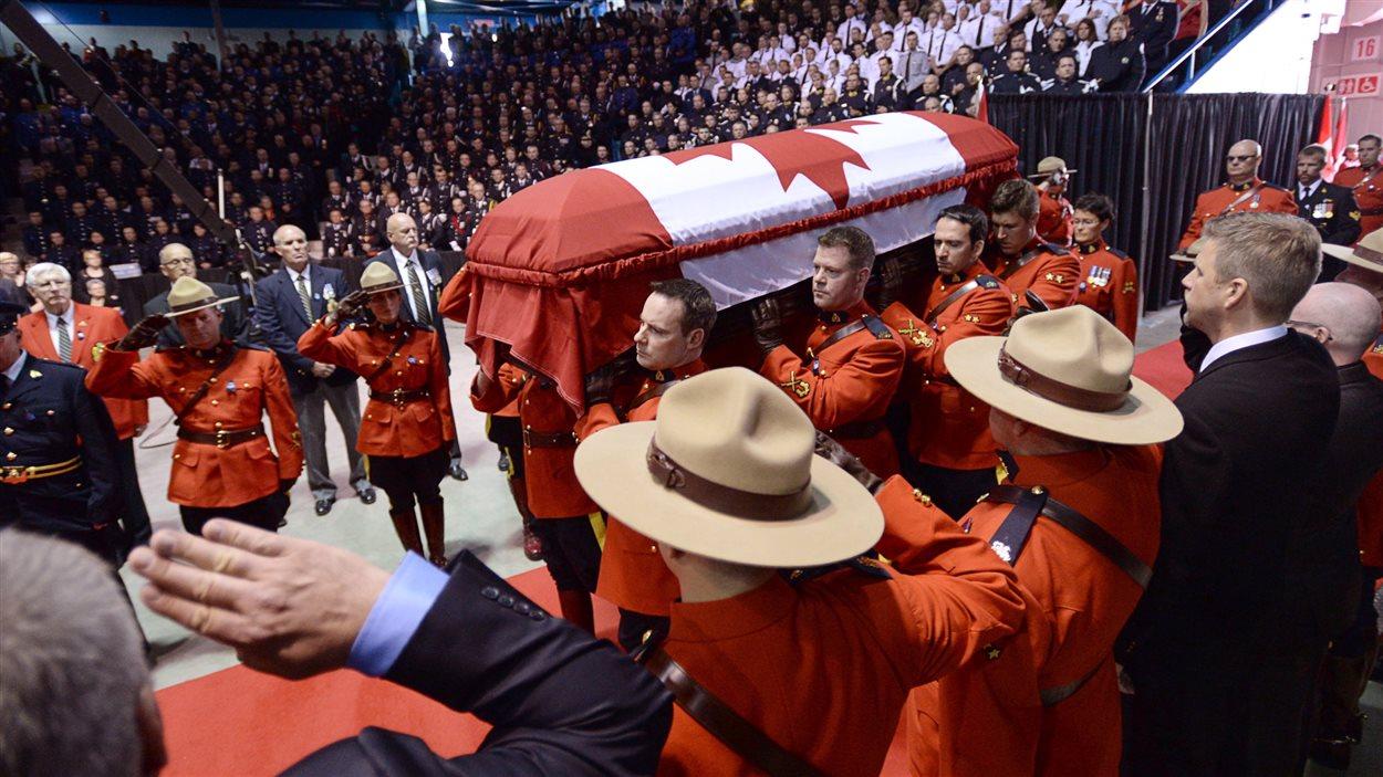 Une haie d'honneur pour accueillir les cercueils des victimes de la tragédie de Moncton.