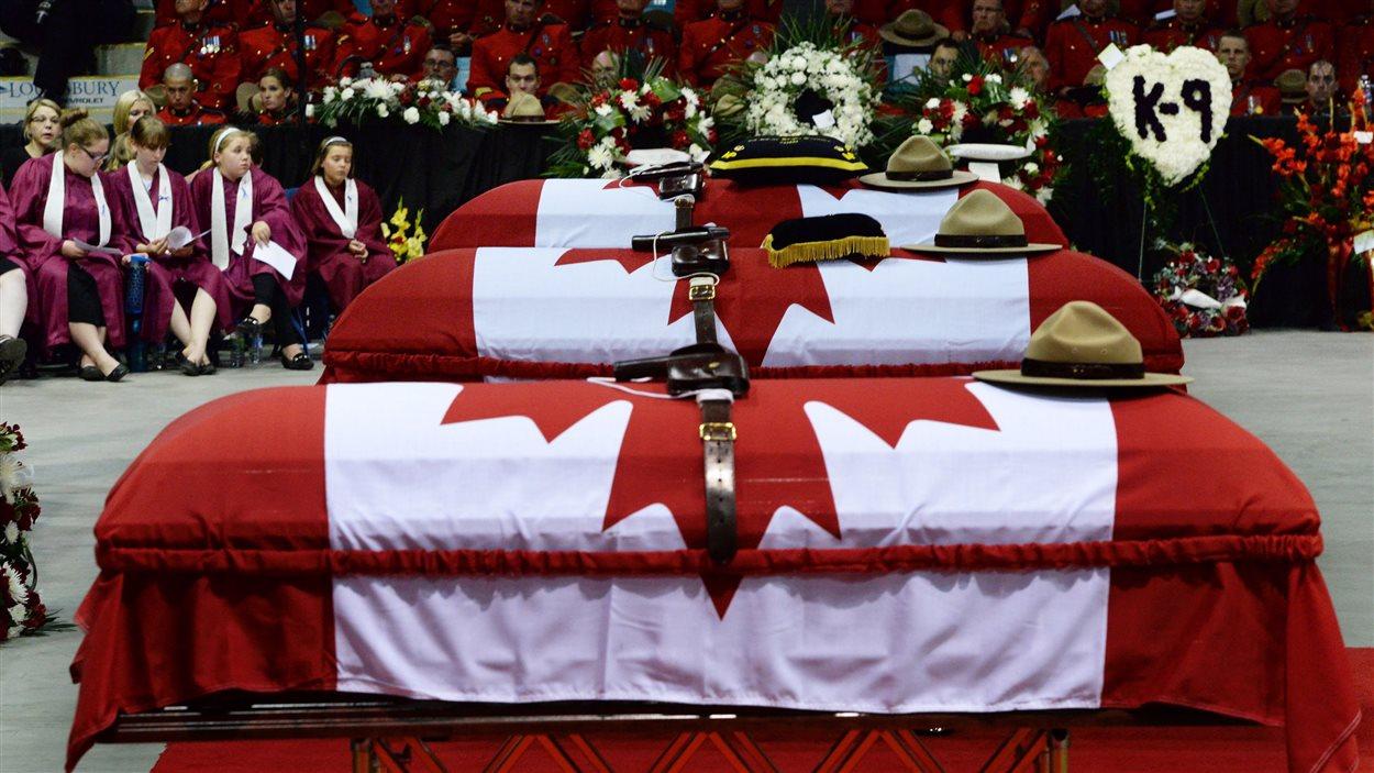 Les trois cercueils des policiers tués lors de la fusillade à Moncton