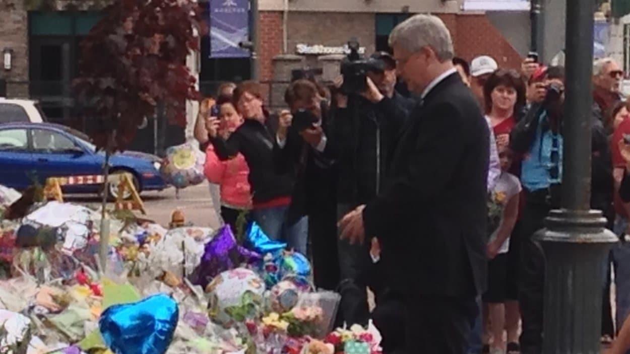 Le premier ministre Stephen Harper a déposé une gerbe de fleurs au quartier général de la GRC de Moncton, pour honorer la mémoire des policiers morts