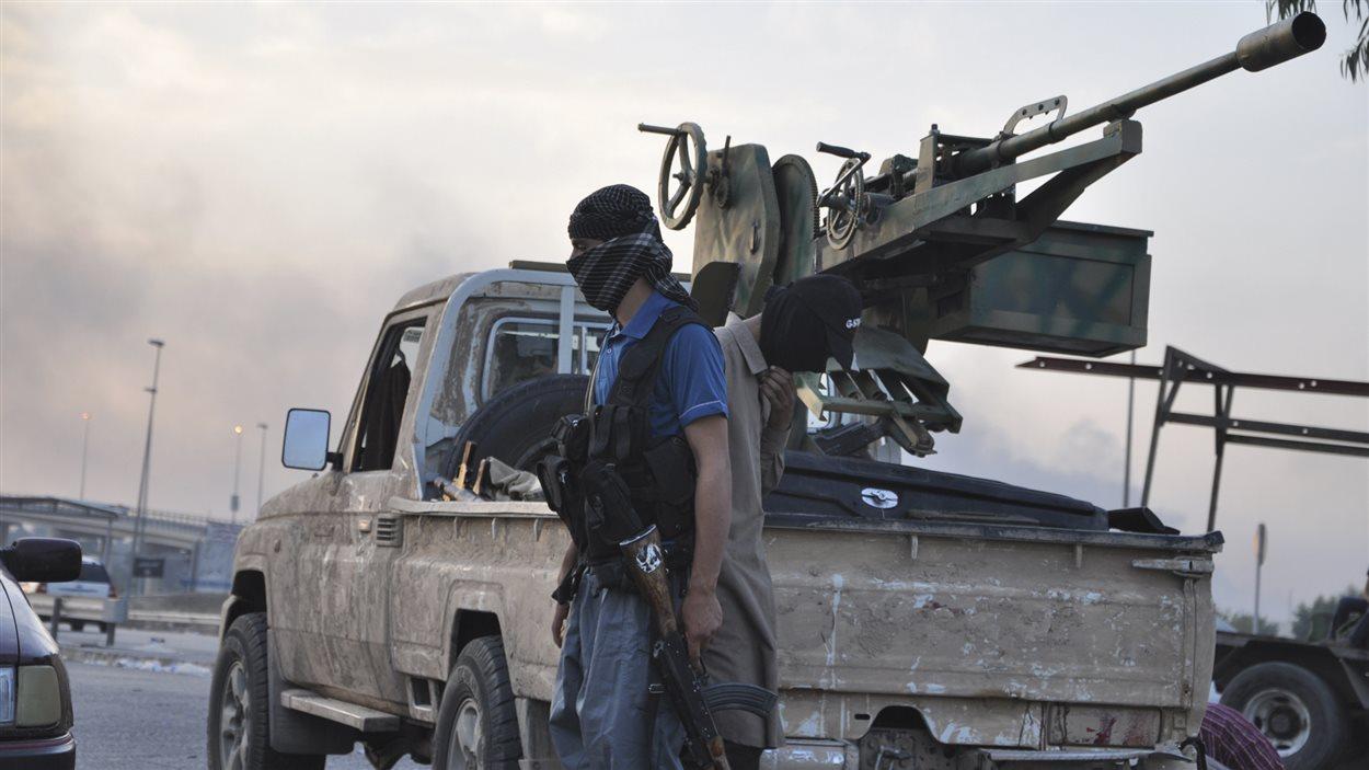 Un combattant de l'EIIL dans les rues de Mossoul.