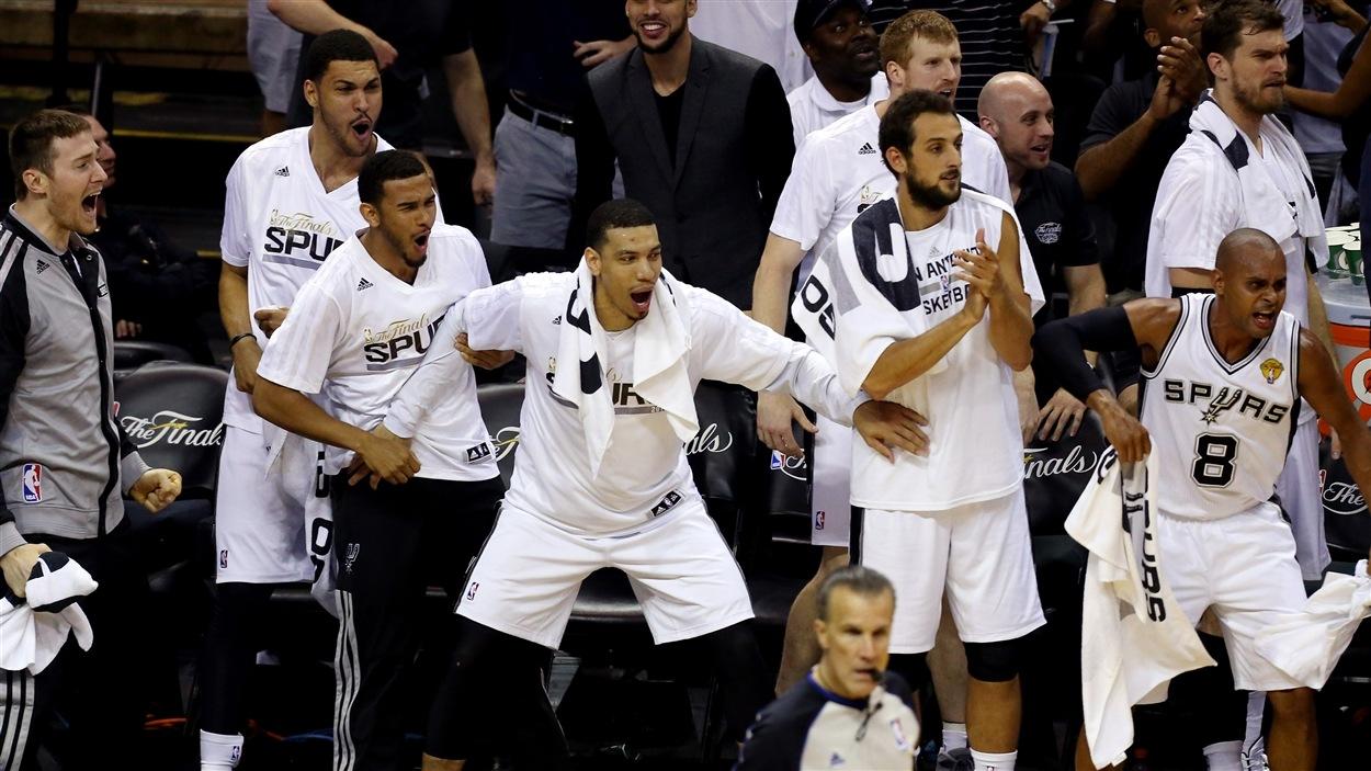 Les joueurs des Spurs de San Antonio se préparent à célébrer leur conquête du championnat de la NBA.