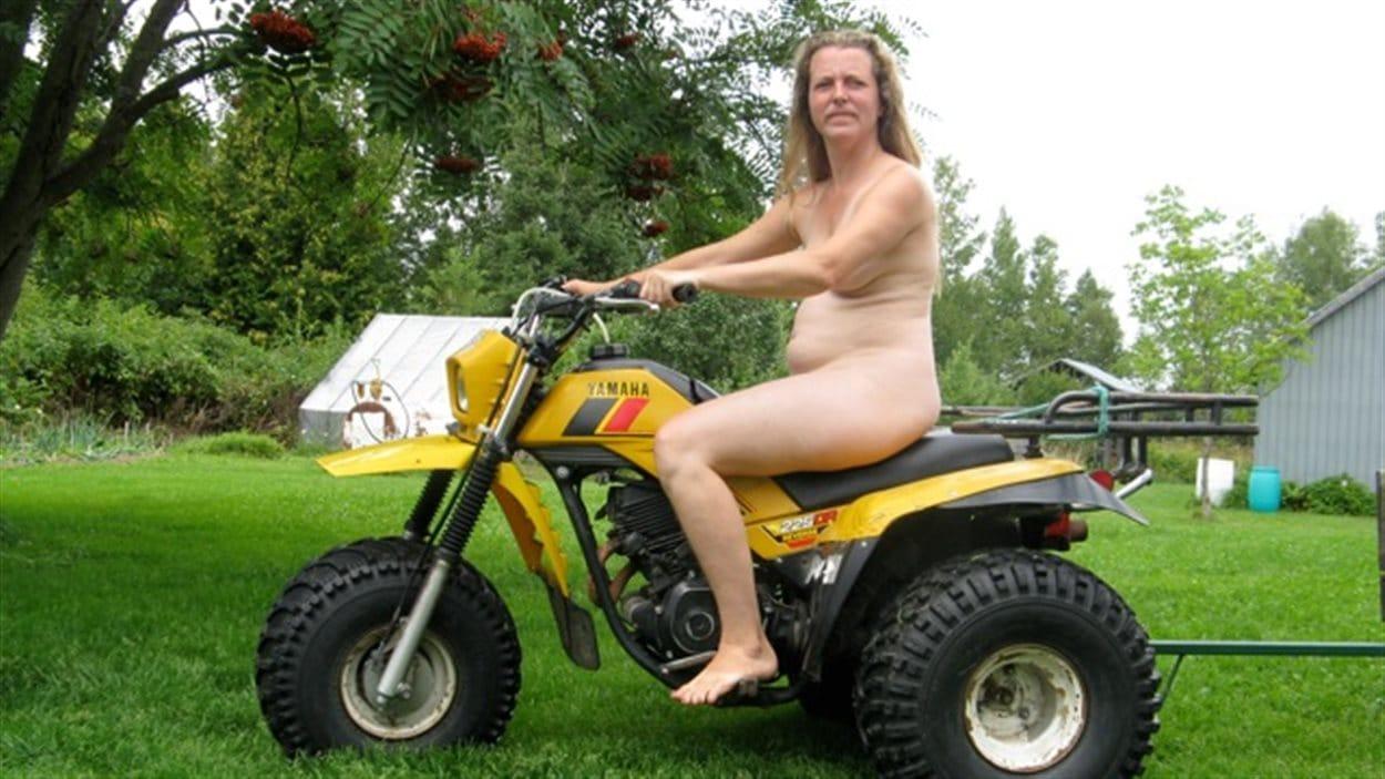 Annie sur le tracteur, oeuvre d'Annie Brunette