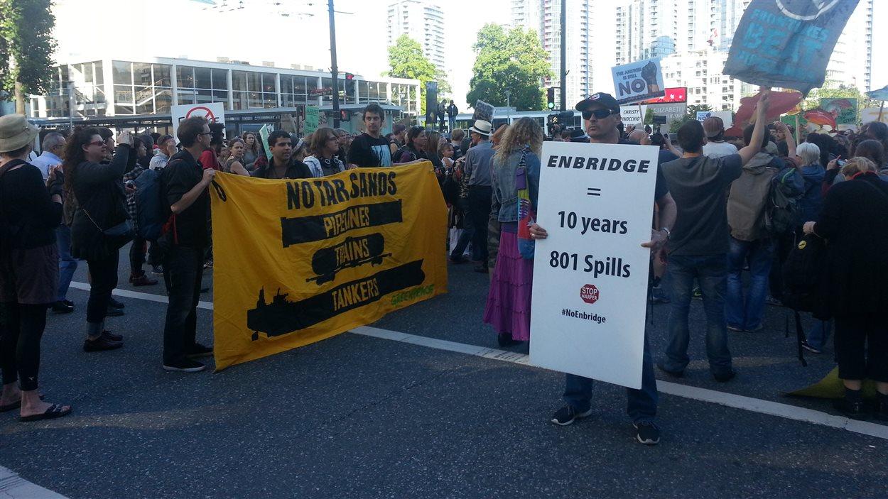 Des manifestants anti-Northern Gateway bloquent l'accès aux véhicules à l'intersection Georgia et Hamilton dans les centre-ville de Vancouver.