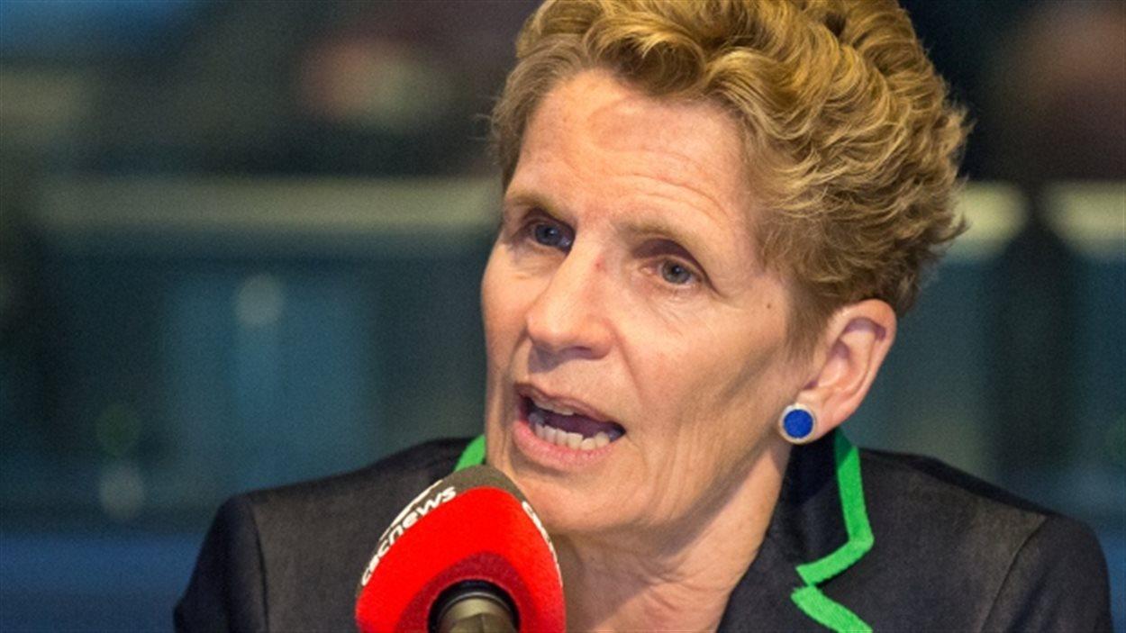 La chef libérale Kathleen Wynne au micro de la CBC ce matin