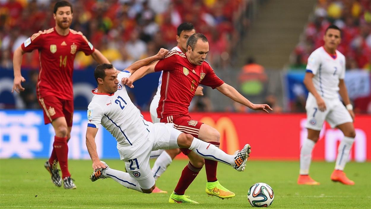 L'Espagnol Andres Iniesta est embêté par le Chilien Marcelo Diaz en première demie.